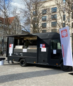 Essensausgabe an Bedürftige am Food-Truck